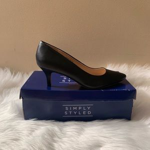Simply Styled Size 9.5W Black Classic Pumps